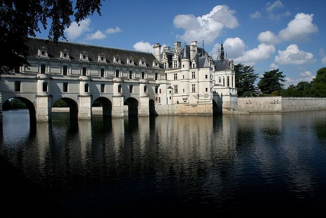 Castillo de Chenonceau  Seguimos en el Valle del Loira, por descubrir otro castillo. Que parece de Cuento, con la particularidad de que se Conoce Como Castillo de las Mujeres, y de es de uno de los mas visitados de toda Francia.