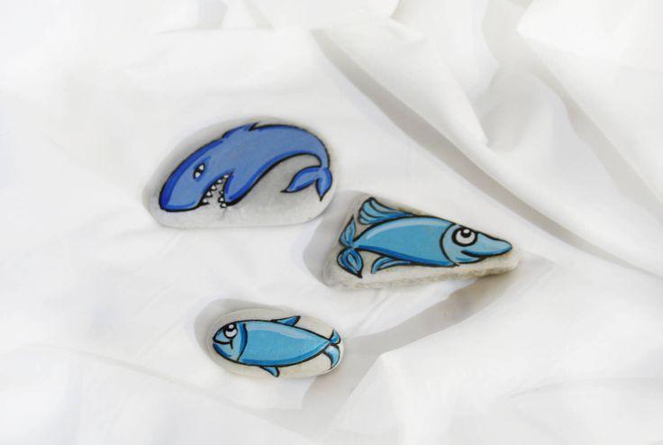 Sassi dipinti pesciolini azzurri soprammobili fermacarte idea regalo collezione marmo di Carrara colorato squalo fumetto pesci blu bambini di soniacrea su Etsy https://www.etsy.com/it/listing/508019396/sassi-dipinti-pesciolini-azzurri