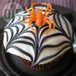 Cupcake al cioccolato a ragnatela @ allrecipes.it - Divertenti e deliziose cupcake al cioccolato, decorate come delle ragnatele. Procuratevi dei piccoli ragnetti di plastica e appoggiatene uno su ogni cupcake: saranno ancora più spaventose!