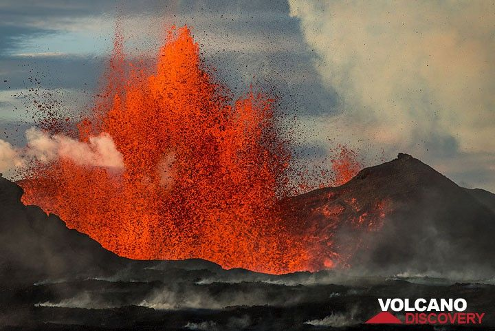 The perfect wind conditions allowed the helicopter to fly very low, giving us a view onto the lava fountains from the same height as the vent. (Photo: Tom Pfeiffer)