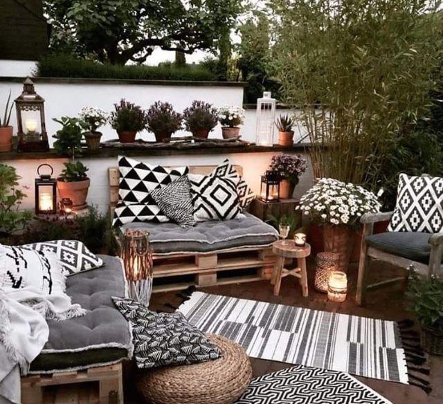 Muebles de paleta con cojines y decoración en negro / blanco / gris.
