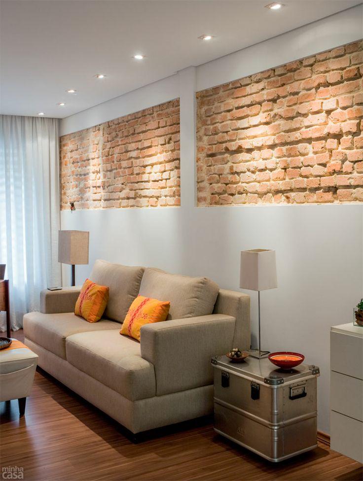 Tijolos + iluminação: recortes simétricos na parede exibem os tijolos do sobrado. A faixa descascada, com 84 cm de altura, começa a 1,48 m do piso. A inusitada decoração é valorizada por spots com lâmpadas dicroicas embutidos no forro de gesso, distantes 60 cm uns dos outros e 20 cm da parede. O piso laminado Eucafloor Prime Cappuccino, da Eucatex (Leroy Merlin, R$ 32,90 o m²) aquece a ambientação.