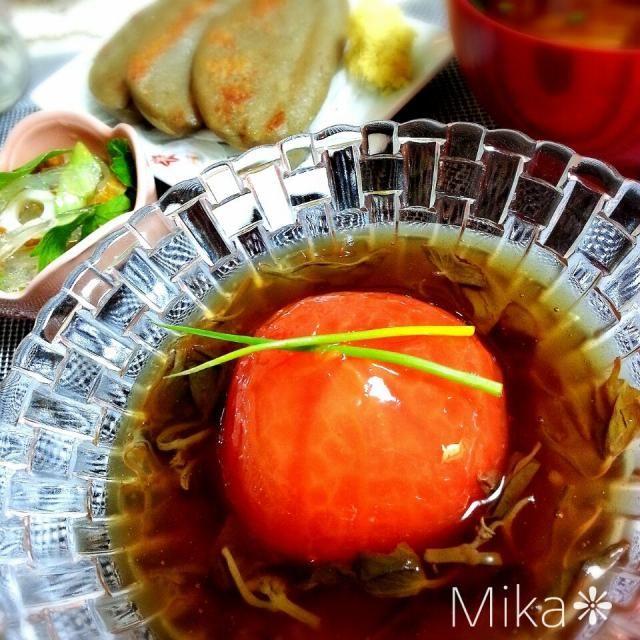 京都で食べたトマトの炊いたんが忘れられず見よう見まね出、作ってみましたほっこりと優しいお料理ですよ(•ˆ-ˆ•)ノ 夏場は片栗粉の代わりにゼラチンいれて冷たく冷やしてもいいかも~♡  ❃トマトの炊いたん  ❃静岡の黒はんぺん ❃キュウリと竹輪と寒天の酢の物 ❃具沢山お味噌汁 ❃玄米ご飯 - 325件のもぐもぐ - トマトの炊いたん by echo1188