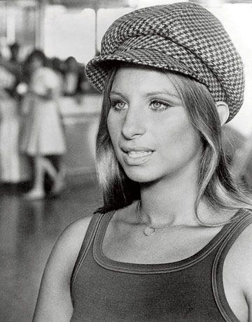 Barbra Streisand (Brooklyn, Estados Unidos, 24 de abril de 1942) es una actriz, cantante, compositora, productora, y directora de cine estadounidense. Apreciada sobre todo por su poderosa voz, es la cantante solista femenina que más discos ha vendido en la historia de Estados Unidos1 y ampliamente reconocida a nivel mundial. Ganadora de dos Premios Óscar, cinco Emmy, ocho Grammy, cuatro Golden Globe y un Tony.