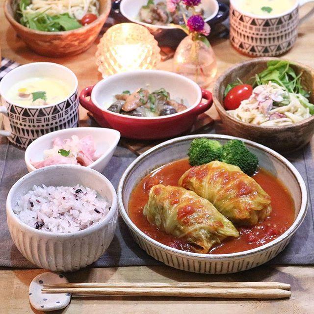 2017.11.10 . よるごはん . ロールキャベツ 椎茸とウインナーのチーズ焼き ハムと玉ねぎのレモンマリネ ラディッシュとツナのスパサラ 里芋のクリームスープ 雑穀ごはん . . スープカップは セリアで一目惚れしたやつ♡ 柄が好き♡ . ちなみにグラタン皿もセリア٩(ˊᗜˋ*)و . . #yunaご飯#手料理#家庭料理#lin_stagrammer#kurashiru#delistagrammer#デリスタグラマー#クッキングラム#クッキングラムアンバサダー#タベリー#iegohanphoto#夜ごはん#よるごはん#一汁三菜#おうちごはん#晩ごはん#うちごはん#こんだて#器#小石原焼#翁明窯元#セリア#ボヘミアンマグカップ#ロールキャベツ