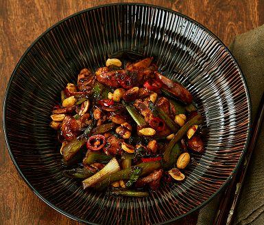 Wokad kyckling med chili, paprika och jordnötter. Öka såsmängden, lägg till typ broccolibuketter och bambuskott för mer grönt.