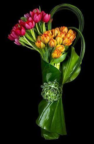 Tulipanes o rosas con hojas redondeadas y un toque que abrocha el ramo
