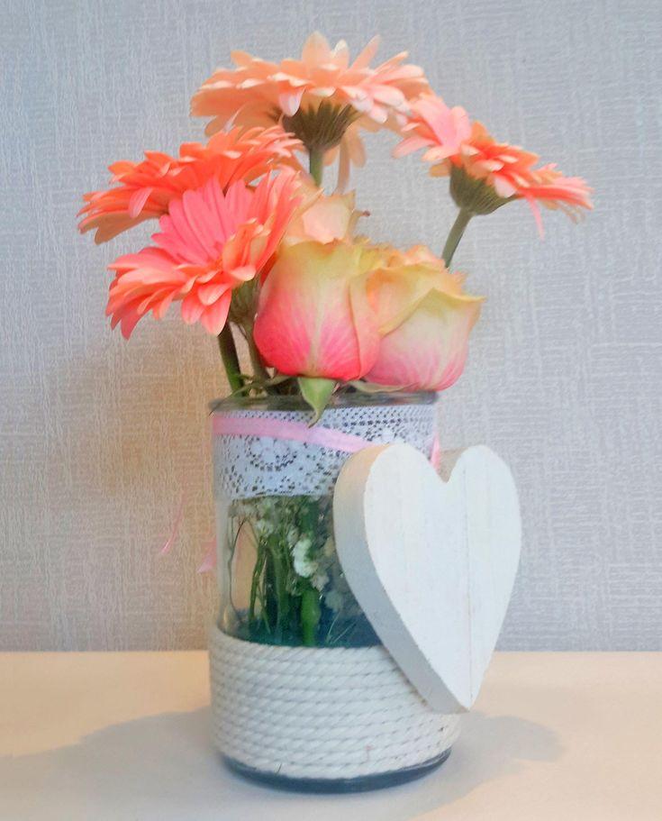 Σύνθεση γέννησης για κορίτσι με τριαντάφυλλα και ζέρμπερες
