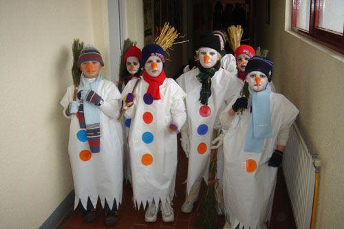 ninot de neu disfraz de muñeco de nieve, ahora que esta de moda Olab con la peli de Frozen muy fácil de hacer con una bolsa blanca de plástico http://www.multipapel.com/familia-material-para-disfraces-maquillaje-bolsas-de-color.htm