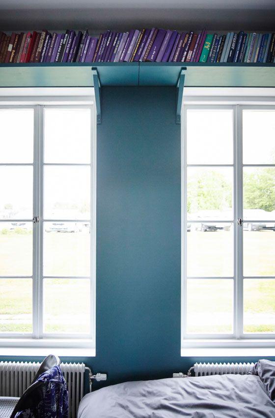 Den ungenutzten Raum über deinen Fenstern kannst du z. B. mit EKBY JÄRPEN Wandregal aus Birkenfurnier für Bücher nutzen.