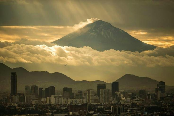 Ciudad de México con el Volcán Popocatepetl al fondo