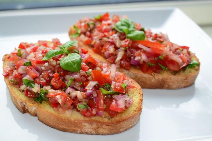 Bruschetta er en Italiensk rett som serveres på utallige måter. Det som alltid er likt i oppskriftene er at det brukes stekt brød og tomater. Det finnes mange alternativer for hva man kan bruke opp…