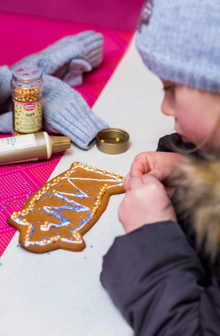 Koiramäen joulun piparipajassa koristellaan hauskoja possupipareita. Doghill Christmas @ Särkänniemi. #sarkanniemi #tampere