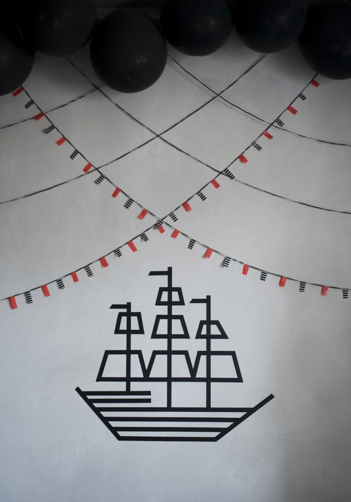 Detail of the pirate party, created with black balloons as well as red and black washi tape.