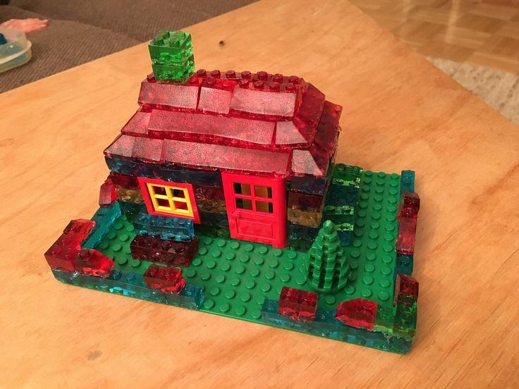 """Lego Gummibärchen Haus. Das Haus wird innen durch echtes Lego gestützt.   Auf deutsche Maßeinheiten und Zutaten umgerechnet geht das Gummibärchen-Rezept so: 150 g Zucker, 150 ml Wasser, 2 Päckchen Wackelpuddingpulver, 1 Päckchen gemahlene Gelatine  1.  Zutaten mischen und auf maximal 75 Grad erhitzen.  2.  Gummibärenmasse in schmalem Glas aushärten, um Schaum abzutrennen 3. Erneut aufschmelzen und in Formen gießen.  Wie die Formen gemacht werden findet Ihr unter """"How to make a Lego Candy…"""