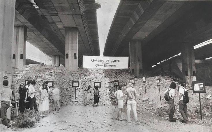 """Walden Gallery, en Buenos Aires, presenta hasta el 5 de mayo una serie de registros fotográficos y documentos de Escombros,grupo de arte en la calle o arte público -como se le suele definir-, que nace en La Plata, Argentina, en 1988, en plena hiperinflación, cuando el valor económico de las cosas cambiaba hora a hora, """"donde todo parecía derrumbarse""""."""