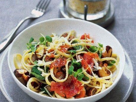 Vitlöksdoftande pasta med svamp och skinka