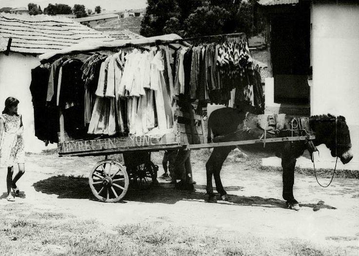 Gecekondu Semtlerinde Eşek Arabasıyla Kadın Elbisesi Satan Seyyar Satıcı İstanbul, 1968