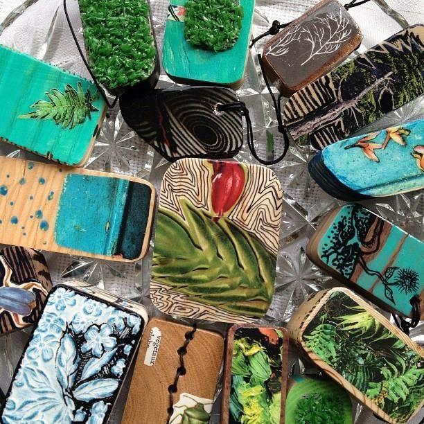 Des gris-gris pour les participants du Relais pour la vie de Trois-Rivières. Un atelier d'échange pour un porte-bonheur en compagnie des artistes Lynda Baril et Isabelle Gauvin. (Juin 2013)