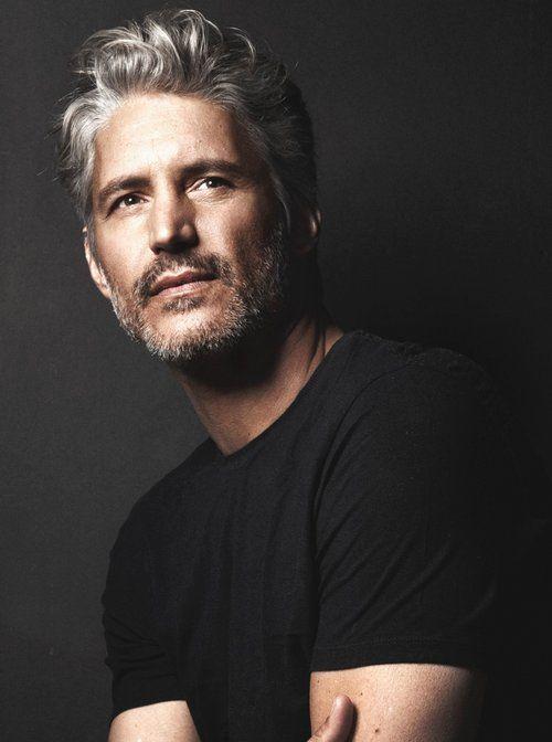 Nada mas sexy que un hombre de cabello gris, que luzca sus canas con seguridad y personalidad !!!