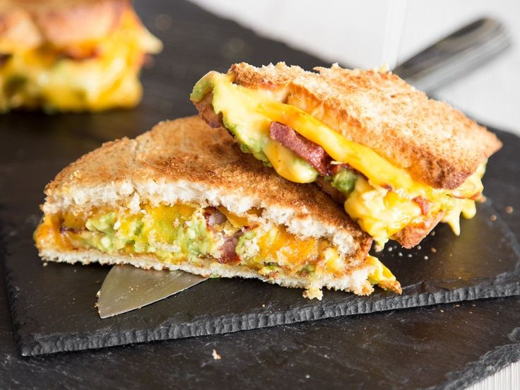 Grilled Cheese Sandwich mit Guacamole und Bacon