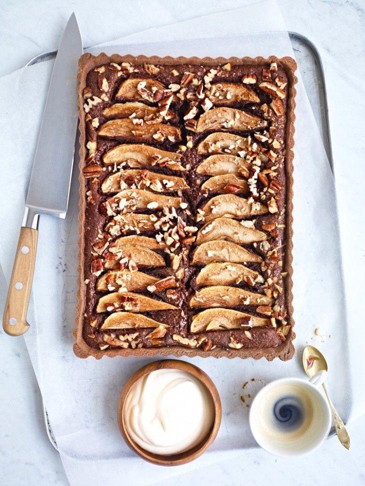 Choklad, päron, mandel och pekannötter smakar riktigt bra tillsammans. Det här är en härlig paj som räcker till många.