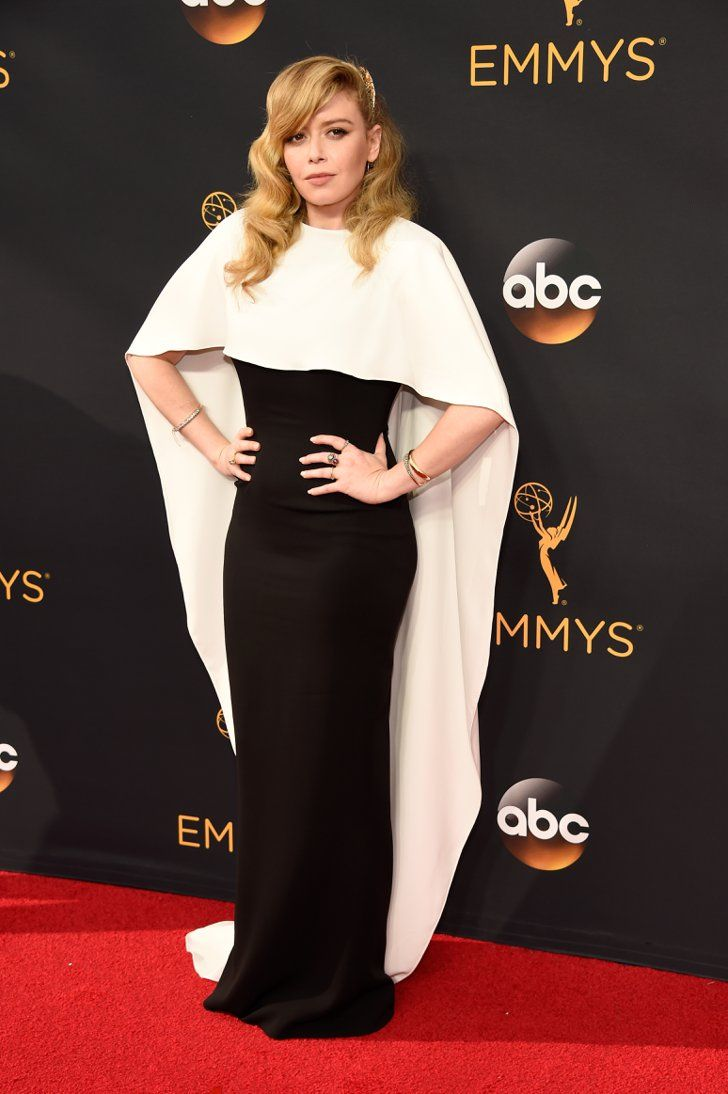 Retour Sur le Tapis Rouge des Emmy Awards 2016 Natasha Lyonne Portant une tenue signée Sally LaPointe.