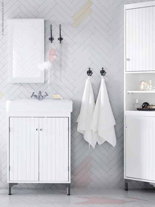 SILVERÅN/HAMNVIKEN i vitt, tvättställskåp med 2 dörrar, hörnskåp och spegel med hylla, SVARTSJÖN krokar.