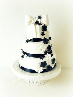 Bruidstaart (geïnspireerd op de jurk van de bruid) by Alma Streefkerk, via Flickr