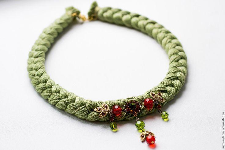 Купить Бледно-зеленое колье-коса, декорированное подвесками. - текстильное колье, хлопок, зеленый, нитки