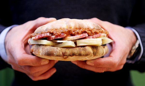Panino con salame di Suino nero dei Nebrodi, Canestrato al pepe, Patè piccante © FUD Bottega Sicula