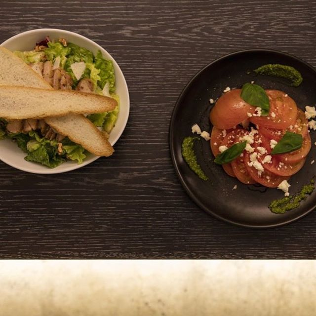 :  こんにちは。  ・  「食べれるスタンディングバー」The Bridgeです!!  ・  当店はサラダにも一手間加えております🥗  ・  トマトを丸ごと1個使用した「ブリッジ流トマトサラダ(600yen)」はチーズとバジルソースで。  ・  「スモークチキンシーザーサラダ(800yen)」は自家製でスモークしたチキンが絶品!!カリカリに焼いたバゲットを崩しながらお召し上がりください♪  ・  本日も17:00からオープンです!!  ・  皆様のご来店お待ちしております🎵  ⁑    #salad #tomato #chicken #thebridge #bridge #bar #lounge #kuramae #asakusabashi #asakusa #tokyo #ny #nyc #beer #craftbeer #brooklynlager #wine #sake #蔵前 #浅草橋 #浅草 #スタンディングバー #立ち飲み #クラフトビール #ブルックリンラガー #ワイン #日本酒