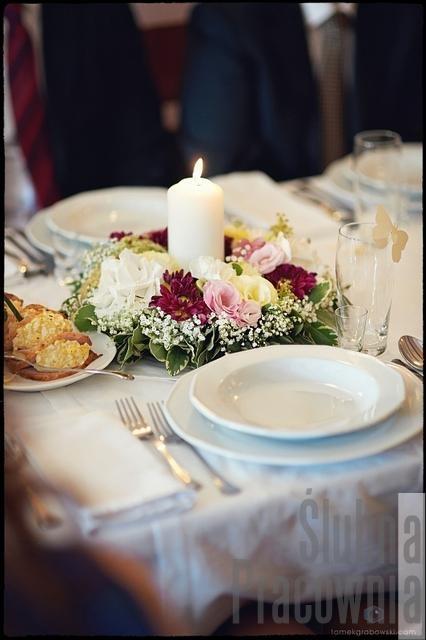 wianki na stołach weselnych