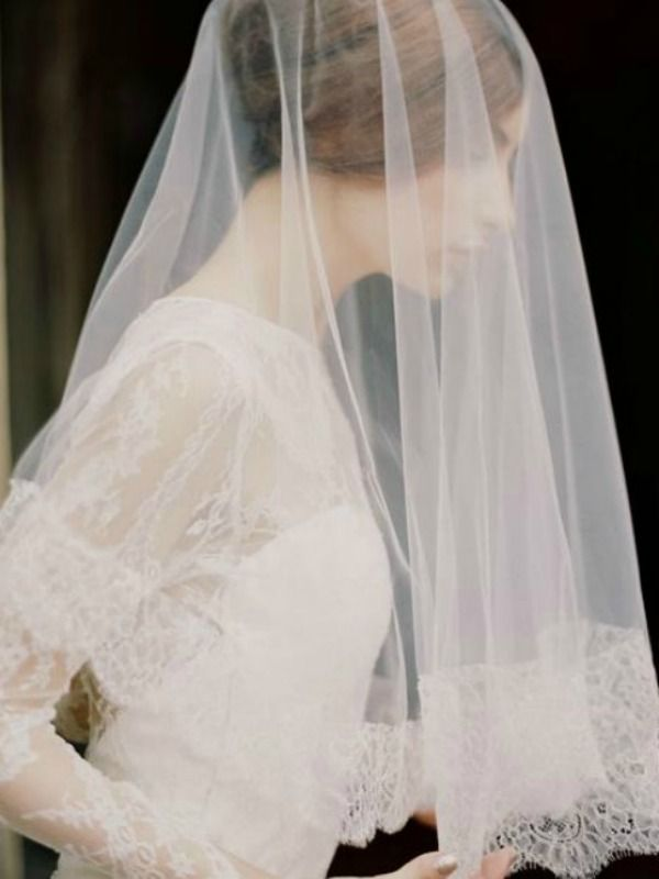 I love the lace trim on this wedding veil! Photo: Enchanted Atelier