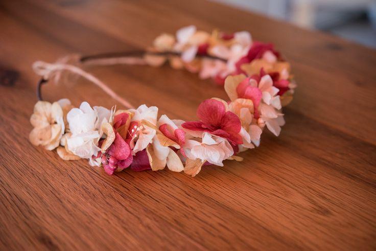 Corona de flores preservadas para el pelo.