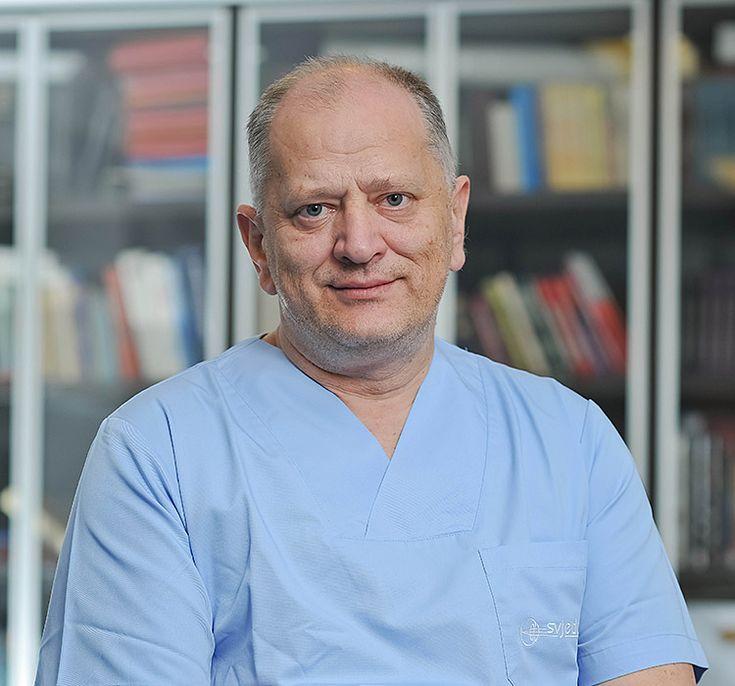 Prof. Nikica Gabrić, dr.sc.   -Specialista u oftalmologia   -Sub specializzato u chirurgia del segmento anteriore   -Fondatore e Direttore dell'Ospedale Oftalmico Svjetlost   http://svjetlost.hr/i-nostri-medici/prof-nikica-gabric-phd/753