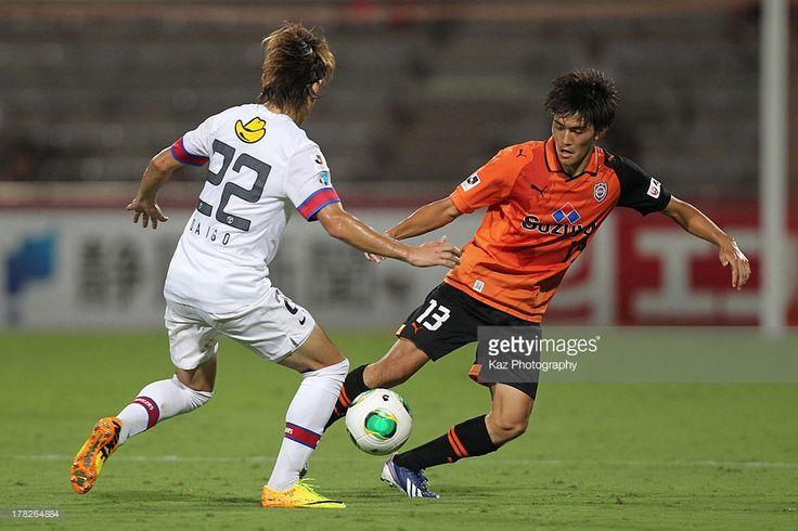 Toshiyuki Takagi (R) of Shimizu S-Pulse and Daigo Nishi of Kashima Antlers compete for the ball during the J.League match between Shimizu S-Pulse and Kashima Antlers at IAI Stadium Nihondaira on August 28, 2013 in Shizuoka, Japan.