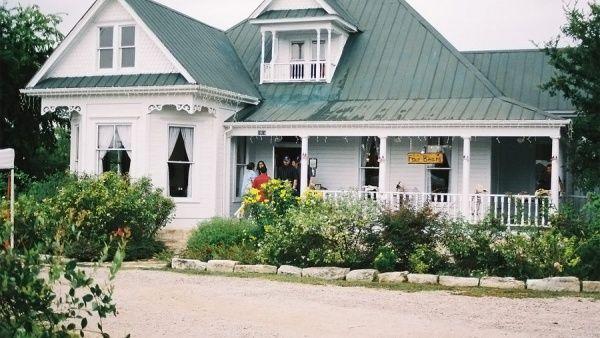 Ресторан «Junction House» в городке Кингсленд (штат Техас) располагается в особняке, в котором в 1974 году велись съемки фильма «Техасская резня бензопилой». Правда, в то время дом располагался в совсем другом месте - в Раунд-Рок. Спустя годы он был отреставрирован, перевезен на несколько десятков миль западнее и превращен в ресторан. США, 1010 King Street, Kingsland