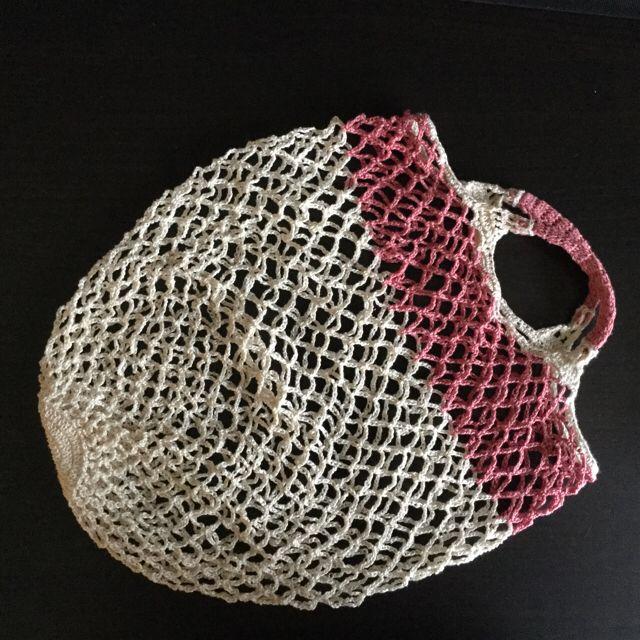 Praktisk indkøbsnet, boldnet, opbevaringsnet eller - - - Hæklet i merceriseret bomuldsgarn. Farve: råhvid og gammelrosa. Kan vaskes ved 60 grader. Kan bære ca 7 kg. 80kr sælgers på Tradono