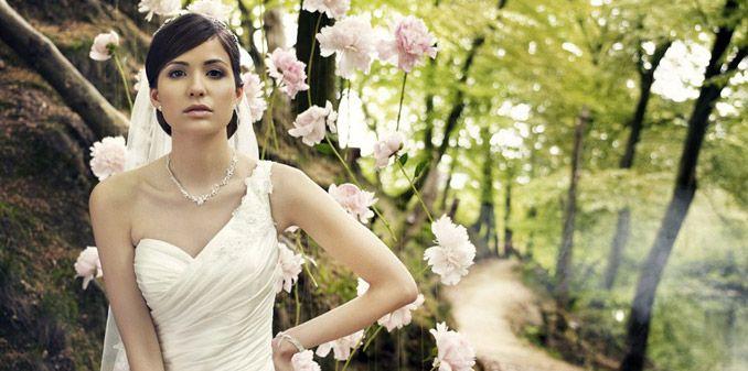 A szalonról | menyasszonyi ruha, esküvői ruha, koszorúslány ruha, keresztelőruha, öltöny - A Király Liliomja Hölgyszalon