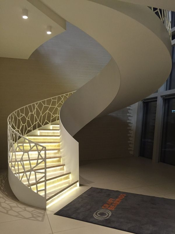 Kurvet ståltrapp med flis i trinn | Curved steel stair with tiles