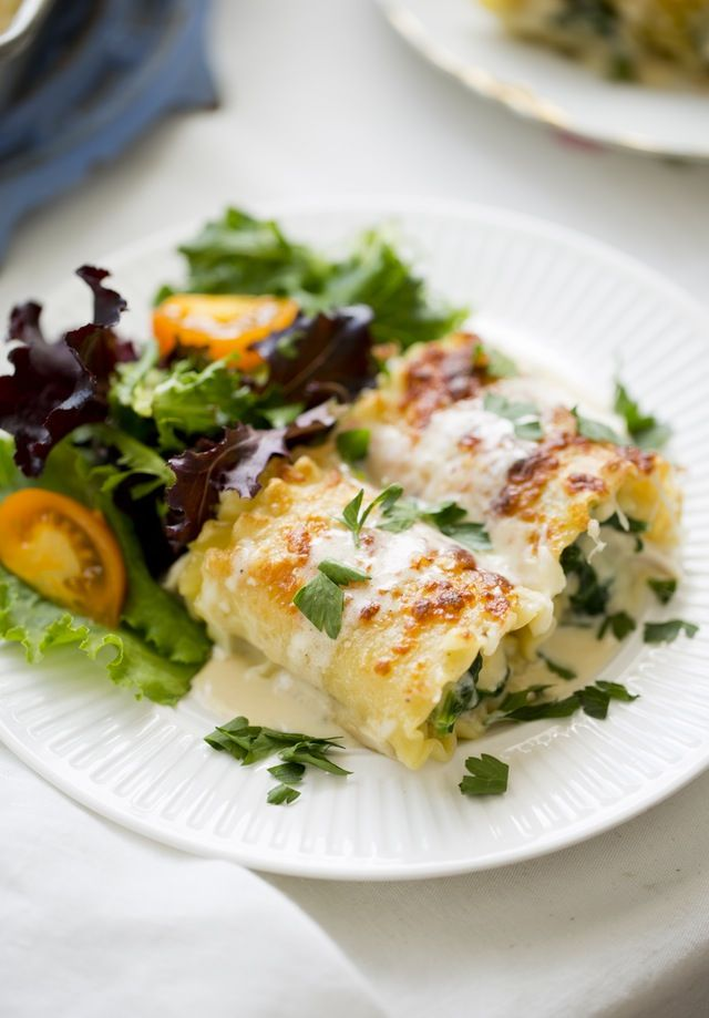 Sometimes cooking for two just doesn't feel all that decadent. You bake a couple of chicken breasts or grill a piece of fish, and although it's delicious, it lacks that luxuriousness that something that you might cook for a crowd has, like a cheesy lasagna or a slow-cooked chunk of meat. Well, these creamy chicken Alfredo lasagna roll-ups solve this problem.