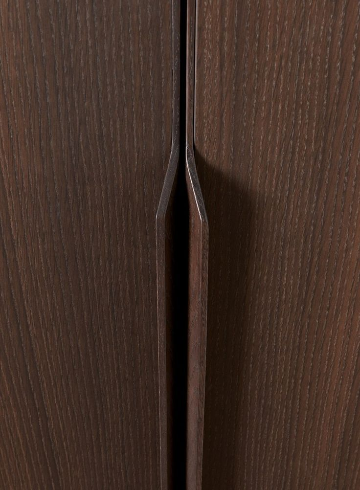 detail of acanto handle in solid oak with fum finish misuraemme