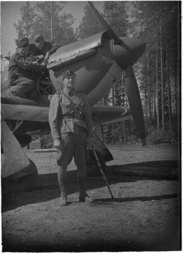 Erillisen Hurricane-osaston komentaja kapteeni Kalaja koneen edessä. (1941-06-29 SA-kuva)