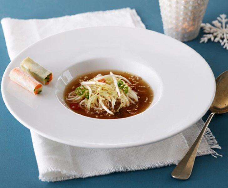 Aziatische bouillon met groente loempia. Lekker als voorgerecht. Recept van sterrenkok Lucas Rive