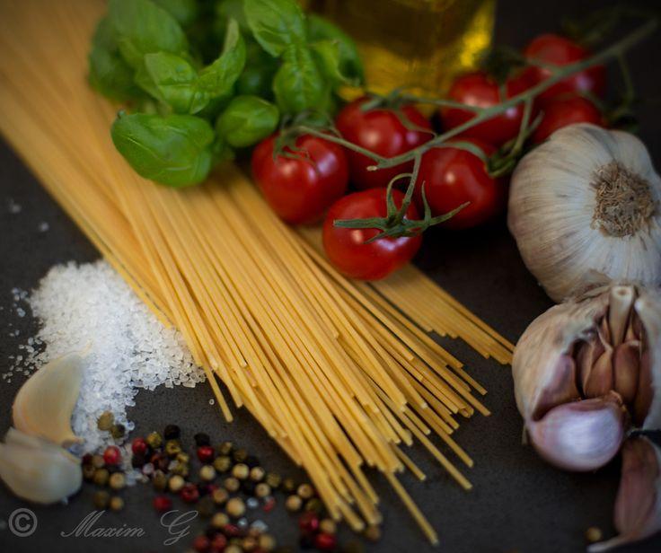 #pasta #peppers #basil #garlic #knoflook #salt #tomatoes #oliveoil #peper #foodphotography  #basilicum #maximg_photography #food