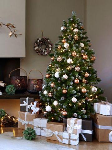 Un #sapin #cuivré et ses boules métalliques - Les tendances du sapin de #Noël http://www.m-habitat.fr/tendances-et-couleurs/deco-de-fete/quelles-couleurs-pour-le-sapin-de-noel-3915_A