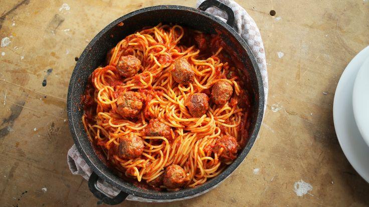 Ahogy nálunknem telhet elhúsleves és rántott hús nélkül hétvége úgy az amerikaiaknak a paradicsomos húsgolyós spagetti elengedhetetlen a családi asztalról. Amellett, hogy sok hollywoodi film kihagyhatatlan kelléke, pofonegyszerű elkészíteni. Kipróbáltuk és nekünk nagyon bejött, így most nektek is…