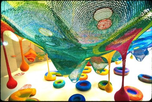 L'opera si presenta come un grande e colorato playground sospeso e interattivo, completamente realizzato a mano, intrecciando corde variopinte, tramite una lavorazione dal sapore tradizionale che rievoca l'antico lavoro dell'uncinetto, delineando forme e geometrie contemporanee.