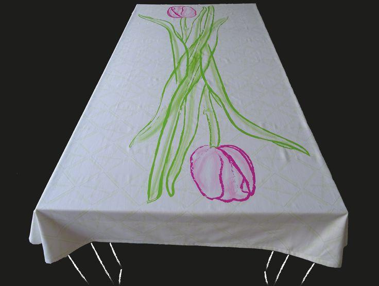 Dit Hollandse tafelkleed met tulpen en op de achtergrond Amsterdamse molens wordt persoonlijk voor u gedrukt. Kies een standaard product of laat het maken in uw persoonlijke maat en kleuren. De tafelkleed wordt hoogwaardig bedrukt op 246 gr/m2 stof van 100% katoen. Levertijd 4 a 5 weken.